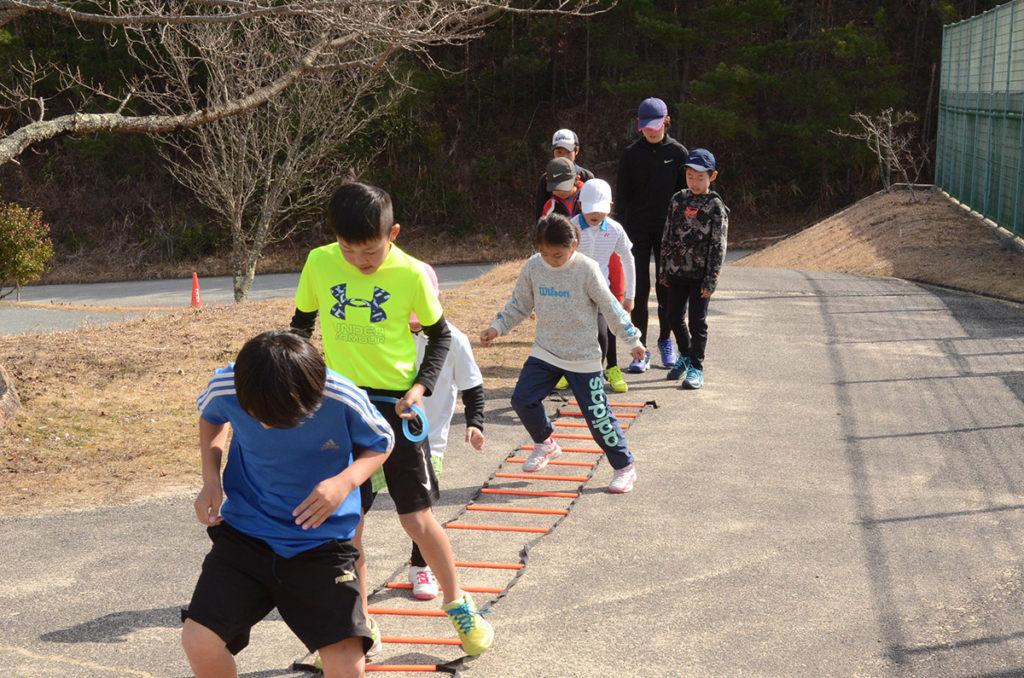 ラダートレーニングに取り組む子供たち